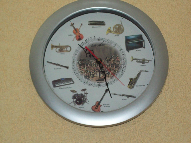 Вера, очень грациозные ромашки-балерины!  Я обещала показать фото часов в нашей музыкальной школе.